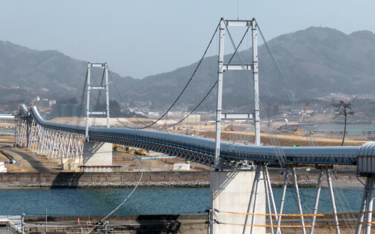 :Bridge of Hope delivering elevating fill to the new Rikuzentakata..png